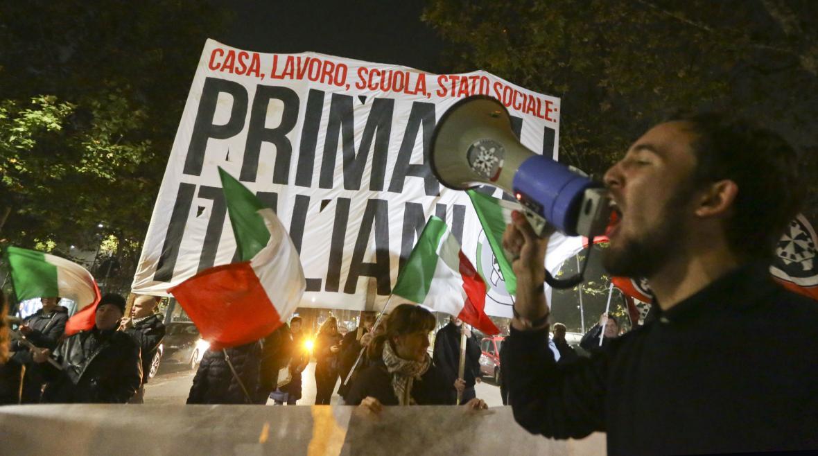 Stoupenci neofašistické skupiny CasaPound na protiimigrační demonstraci v říjnu 2016