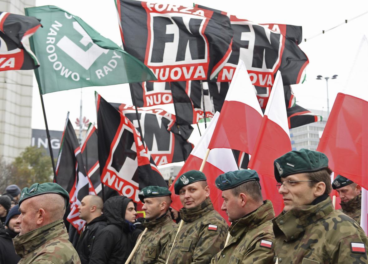 Stoupenci italské Nové síly během polského Pochodu za nezávislost v roce 2018