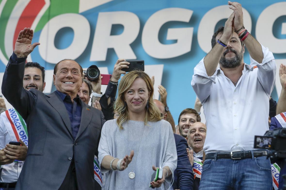 Šéf strany Vzhůru, itálie Silvio Berlusconi, šéfka Bratrů Itálie Giorgia Meloniová a šéf Ligy Matteo Salvini na shromáždění v Římě