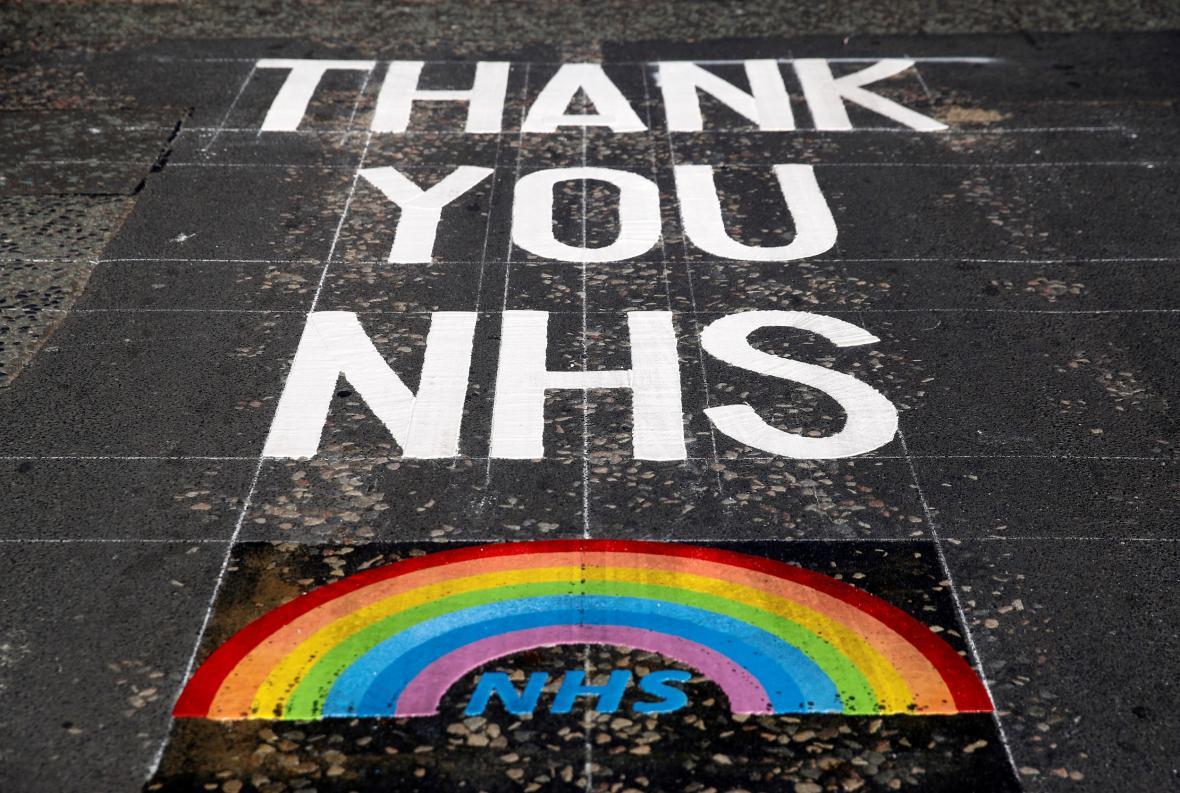 Vzkaz pro zdravotníky před univerzitní nemocnicí v Liverpoolu