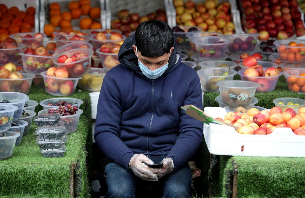 Prodejce ovoce a zeleniny v Birminghamu čeká na zákazníky