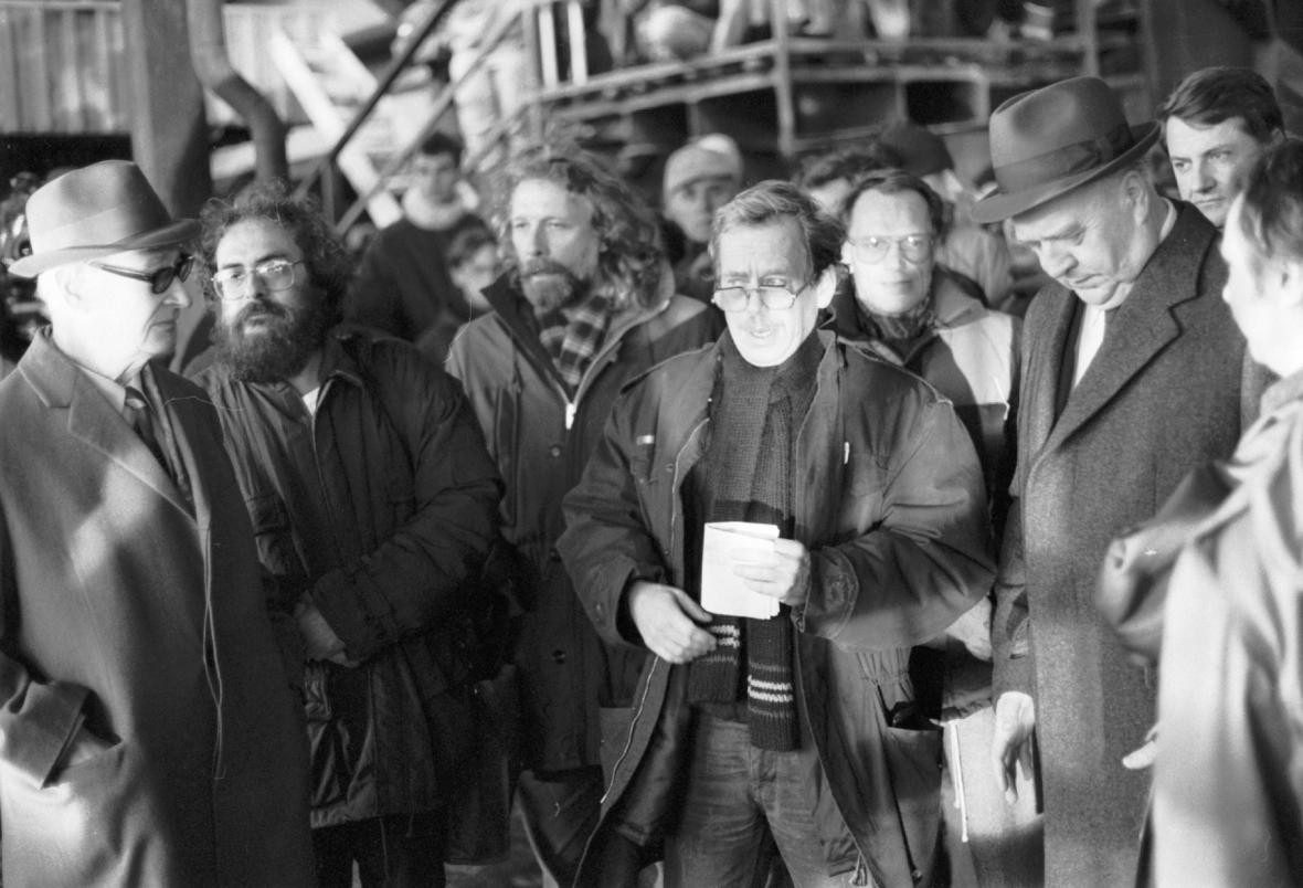 Petr Oslzlý s Václavem Havlem, Alexandrem Dubčekem, Vladimírem Hanzlem a Ladislavem Adamcem při demonstraci na Letné 26. listopadu 1989