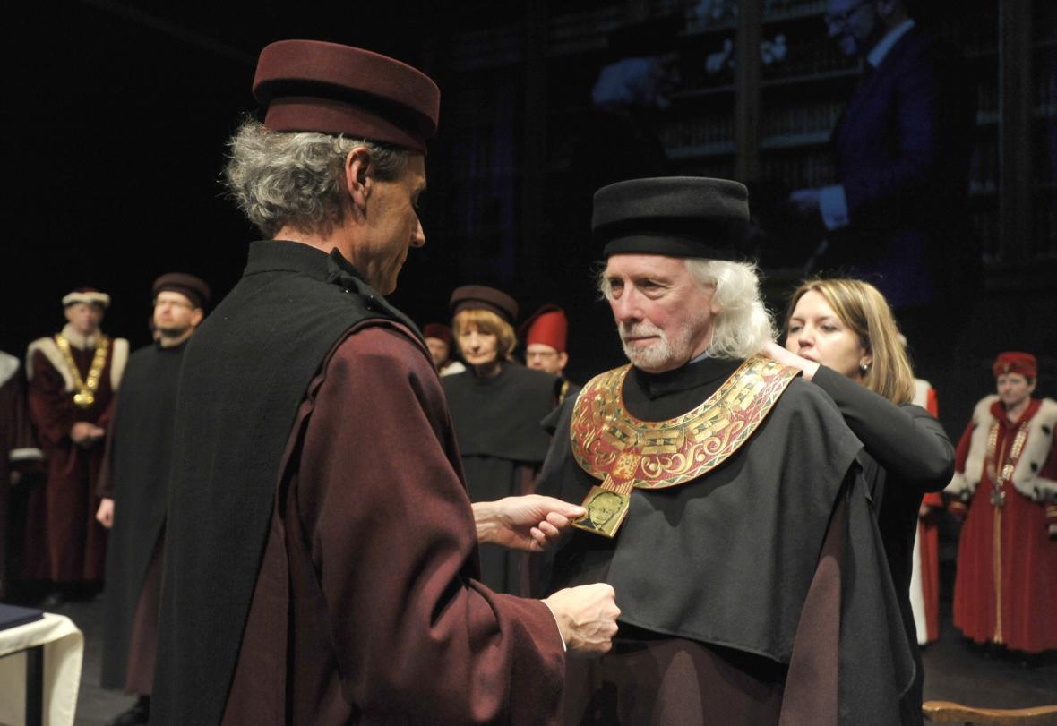 Odstupující rektor JAMU předal insignie svému nástupce Petru Oslzlému