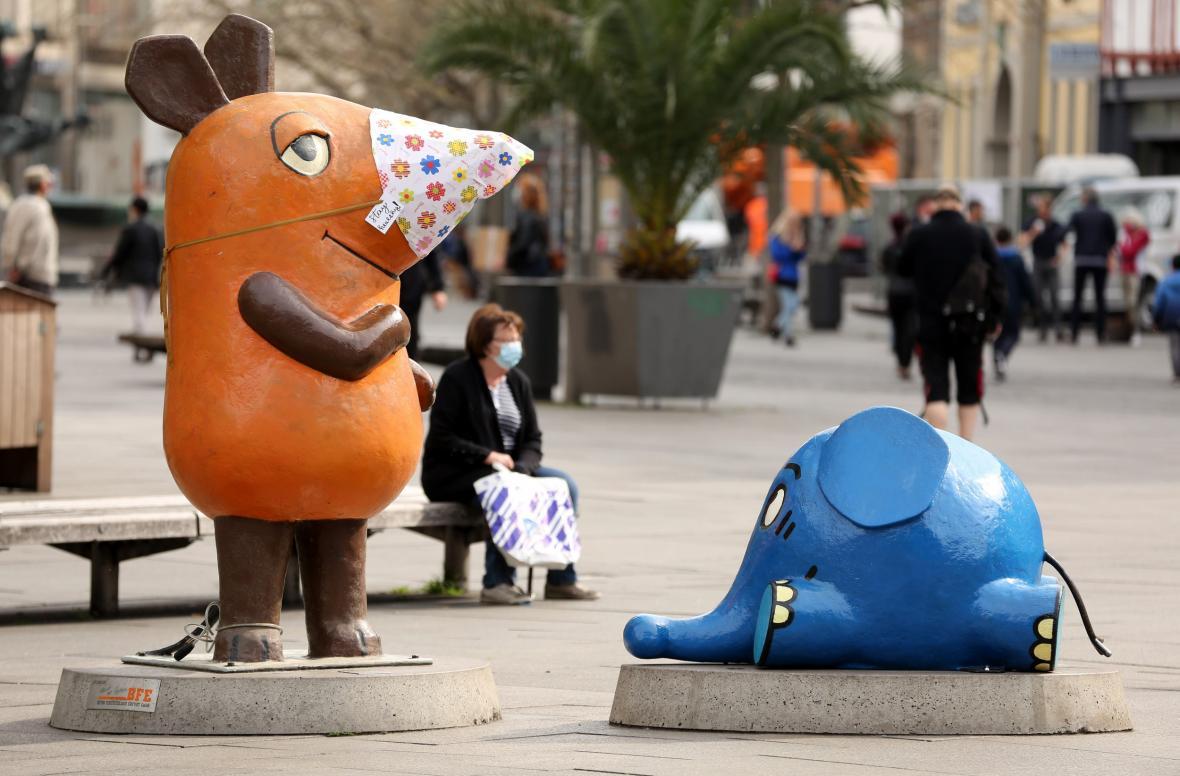 Ochrannou roušku dostala i socha oblíbené Myši, která je desítky let symbolem německého televizního vysílání pro děti v Erfurtu