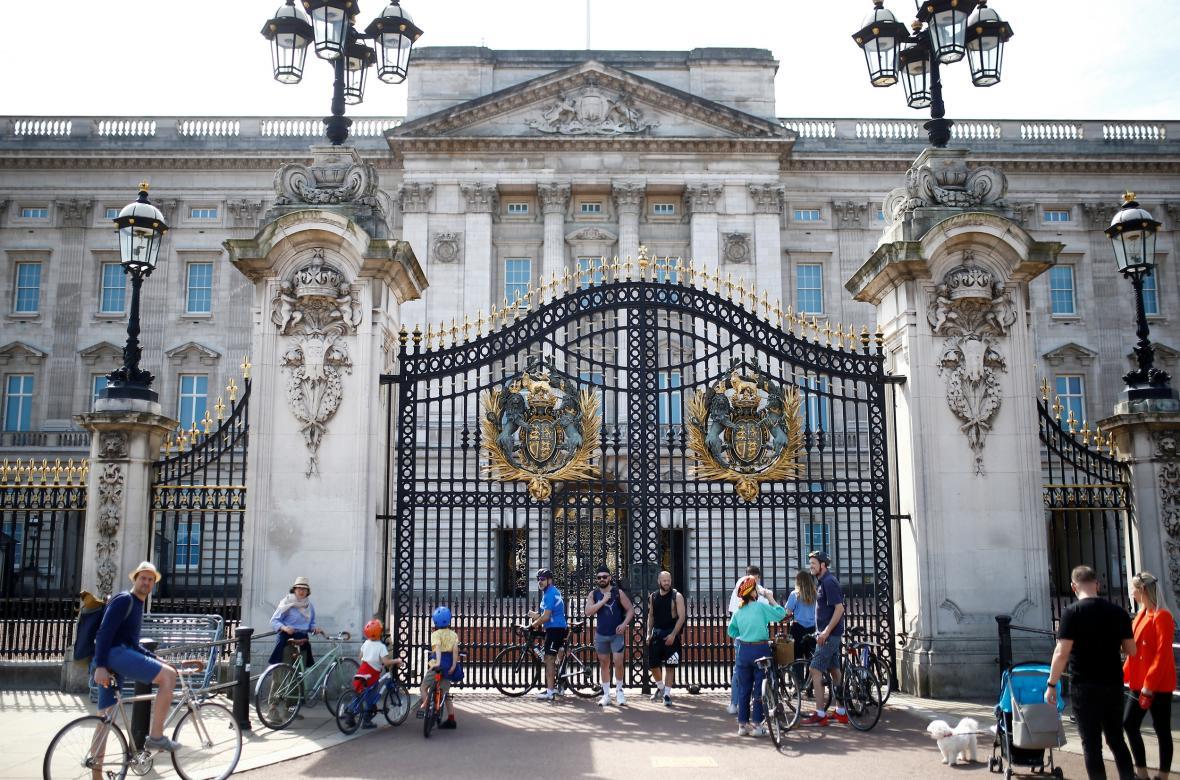 Cyklisté před Buckinghamským palácem