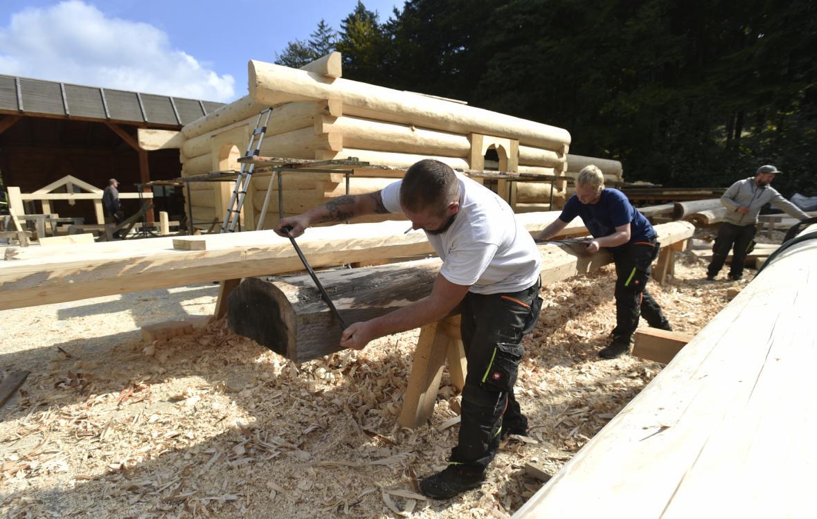 Tesaři pracují v Hošťálkové na dřevěné konstrukci kostela