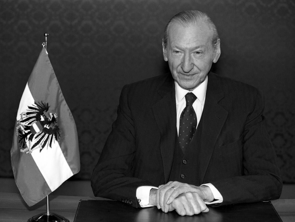 Prezident Waldheim během televizního projevu k 50. výročí anšlusu