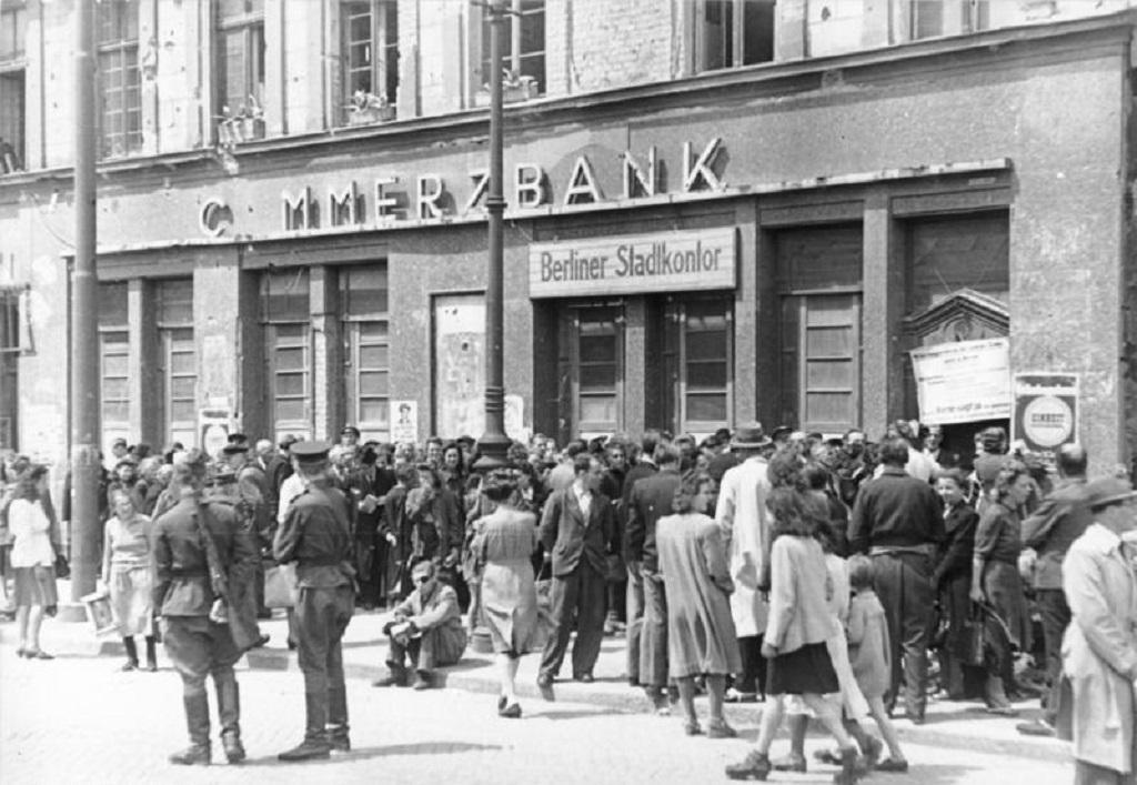 Lidé přicházejí do směnárny na berlínském úřadě na snímku z června 1948