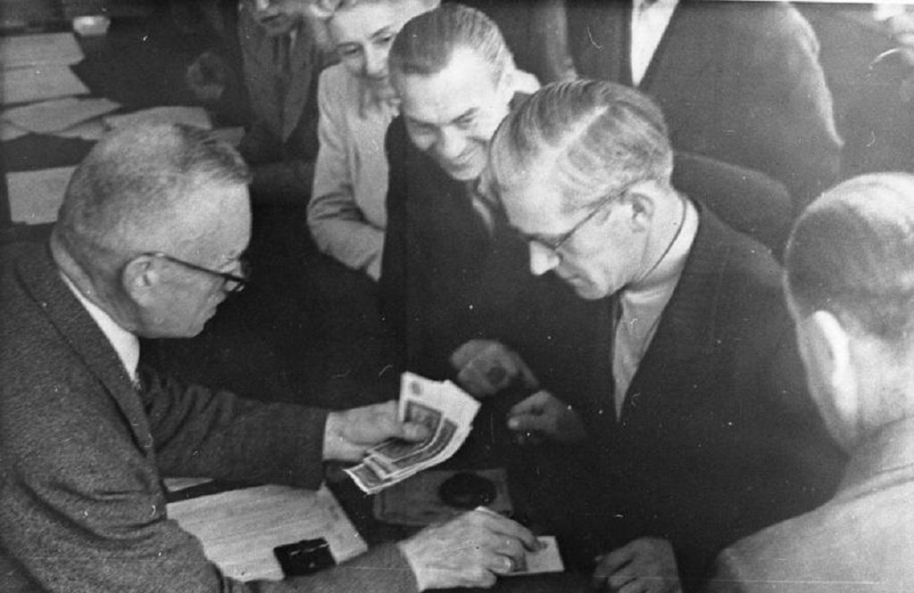 První nové marky jsou vydány na berlínském úřadě na snímku z roku 1948