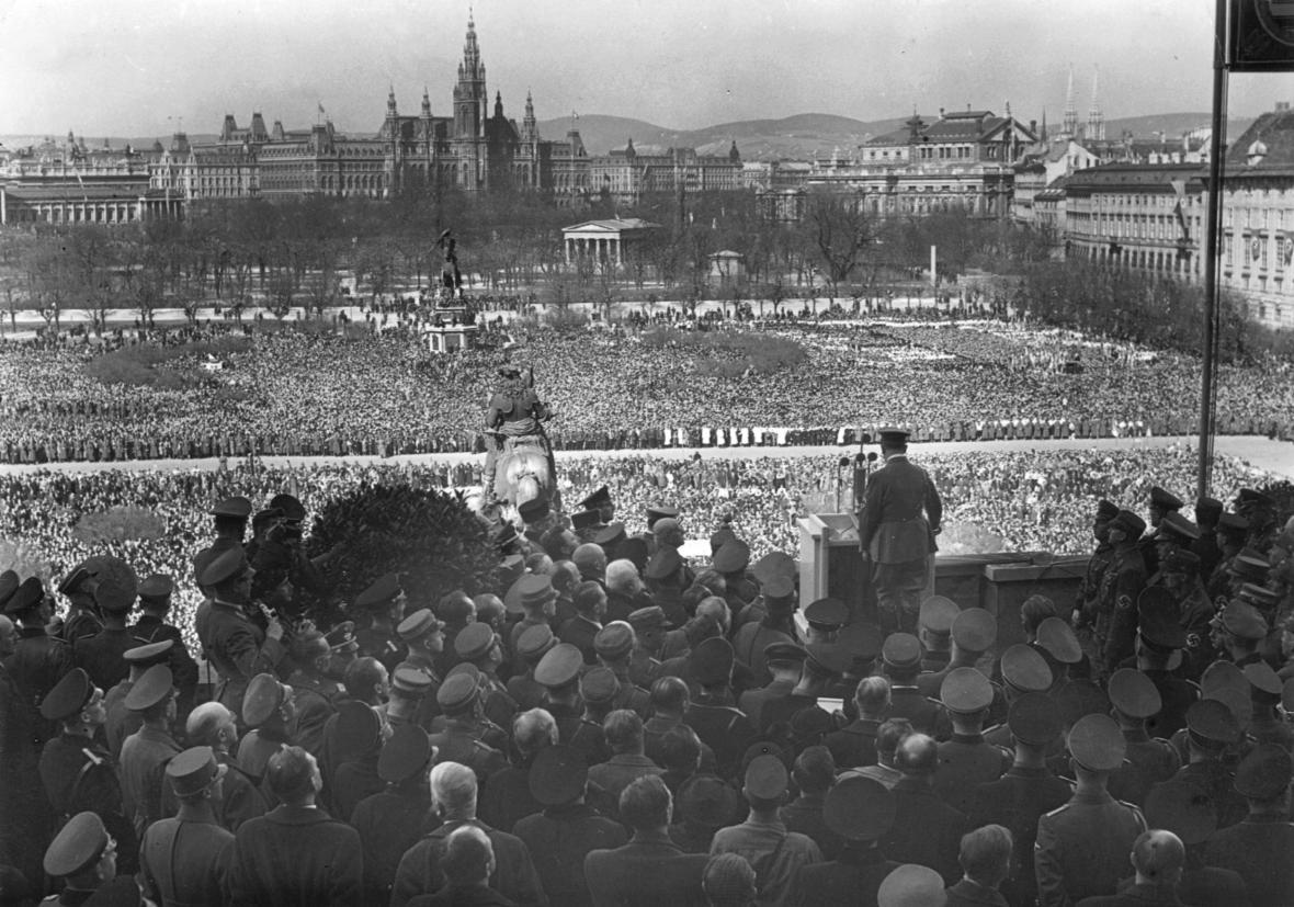 Hitler promlouvá k davům na náměstí Heldenplatz (15. březen 1938)