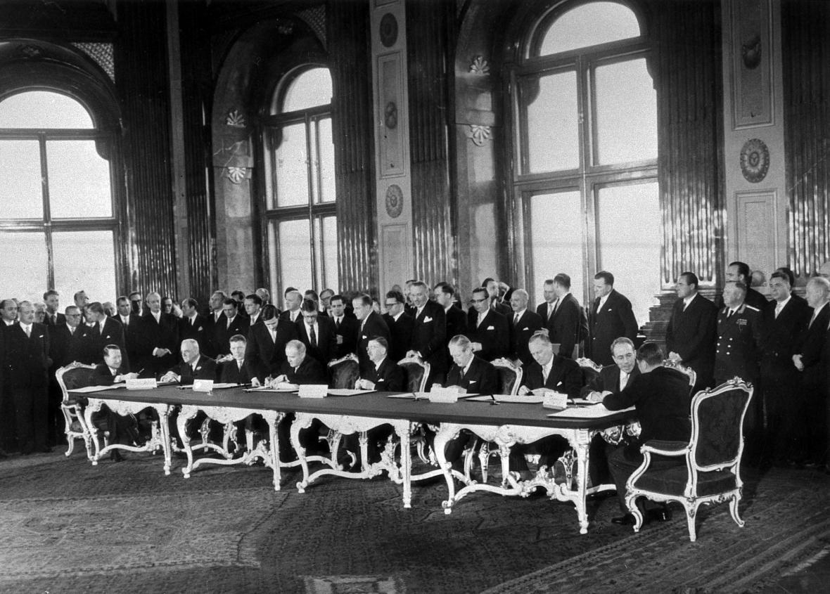 Podpis státní smlouvy v paláci Belvedere na jaře 1955. Rakousko se stalo neutrálním suverénním státem