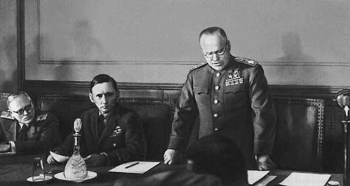 Generál Žukov předčítá text německé kapitulace
