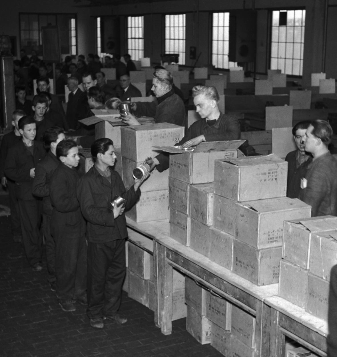 Ministerstvo sociální péče rozdělovalo z darů kanadské vlády Československu, snímek ze 17. ledna 1947