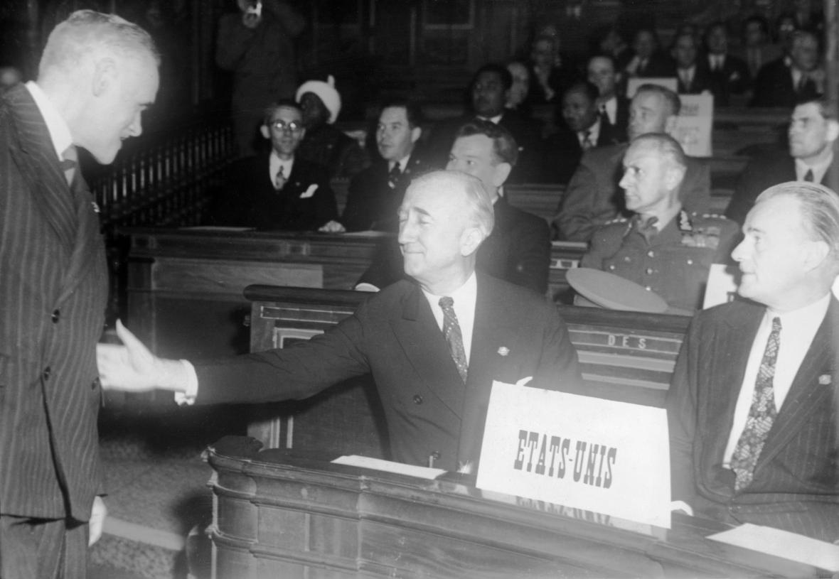 Mírová konference v Paříži, druhý zprava na snímku je ministr zahraničních věcí USA James Francis Byrnes