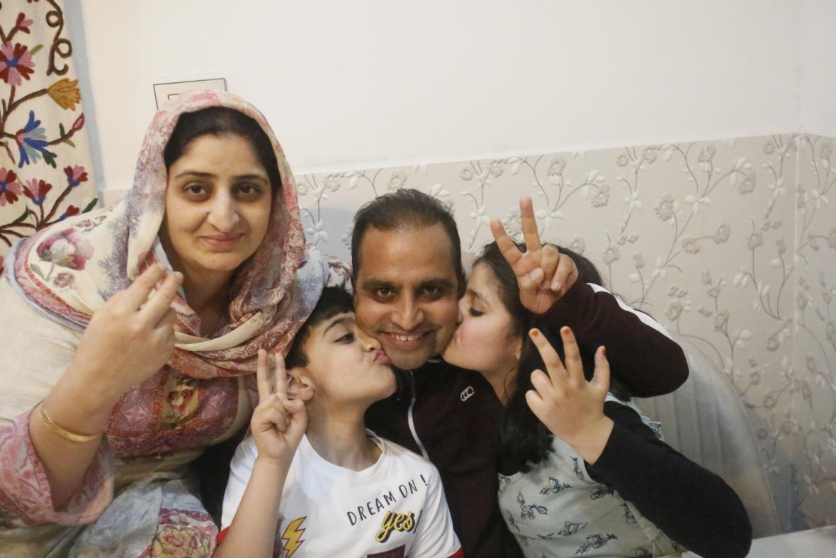 Jeden z oceněných fotografů Mukhtar Khan z AP s rodinou