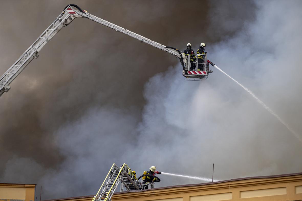 Požár haly na Náchodsku