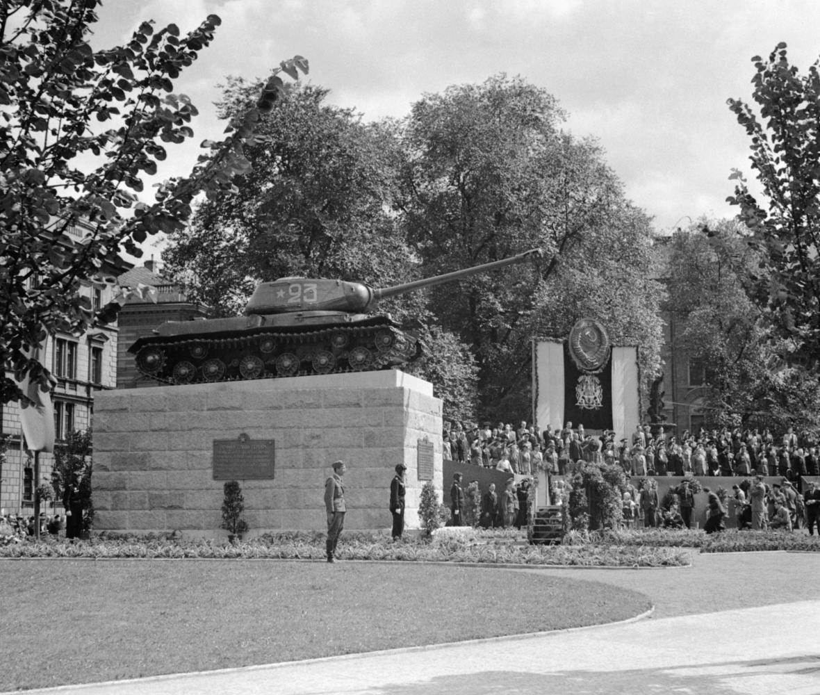 Slavnostní odhalení pomníku sovětským tankistům