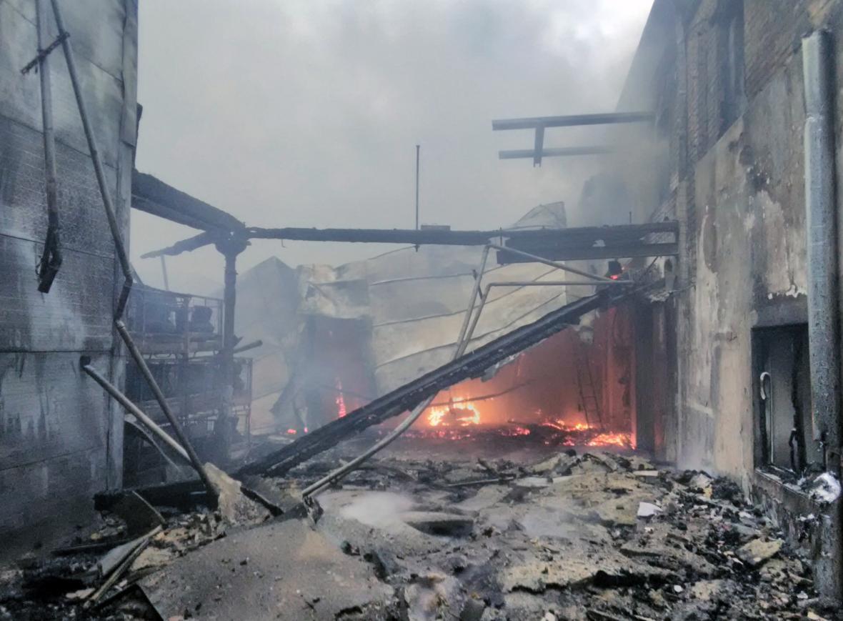 Požár haly v Polici nad Metují