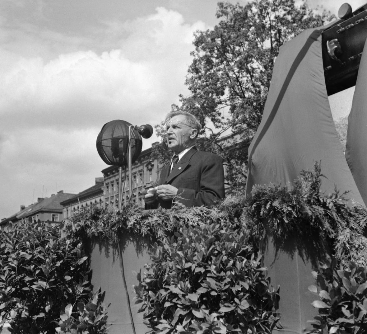 Pražský primátor Václav Vacek odhaluje pomník sovětským tankistům