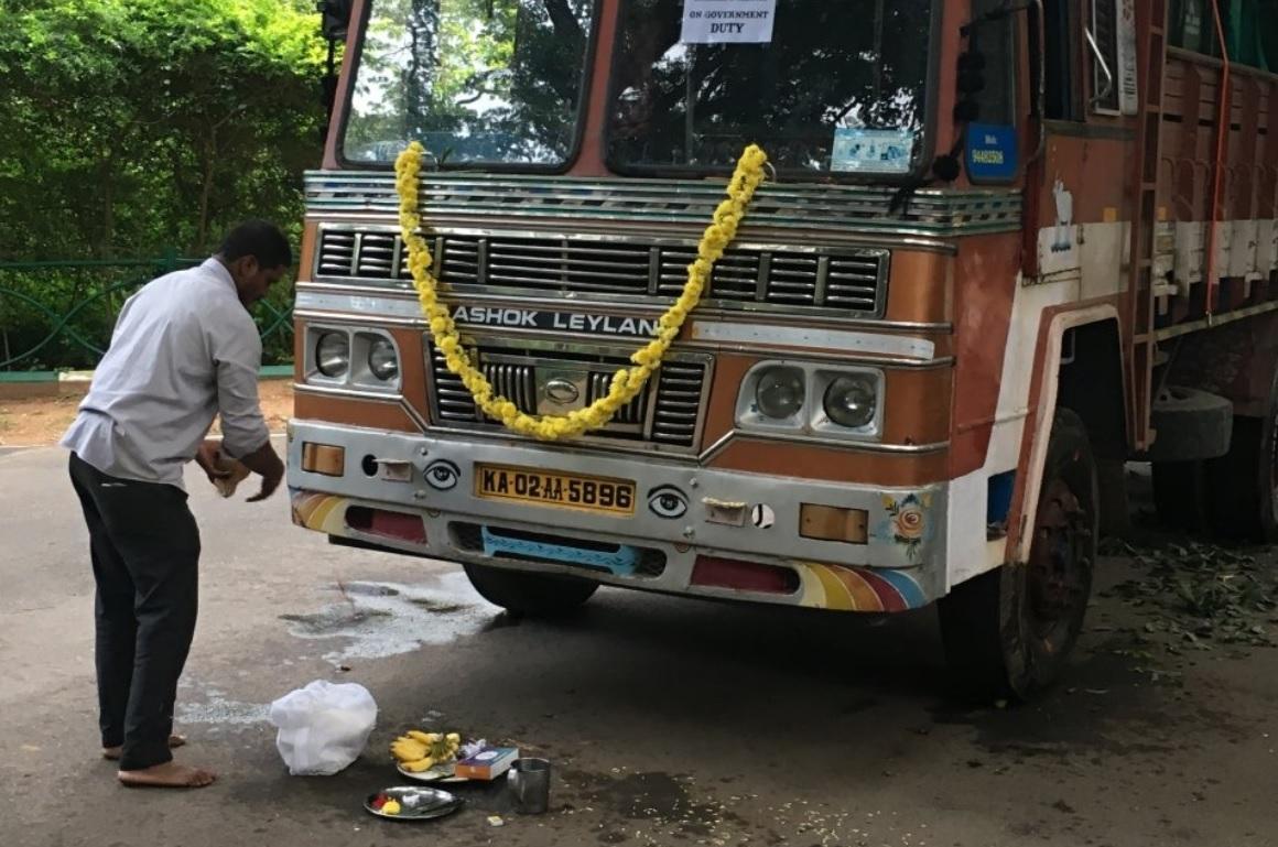Před odjezdem v indické zoo ozdobili auto květinami a rouzloučili s gaury náboženským obřadem