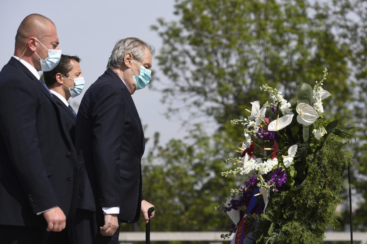 Prezident Miloš Zeman u památníku na pražském Vítkově