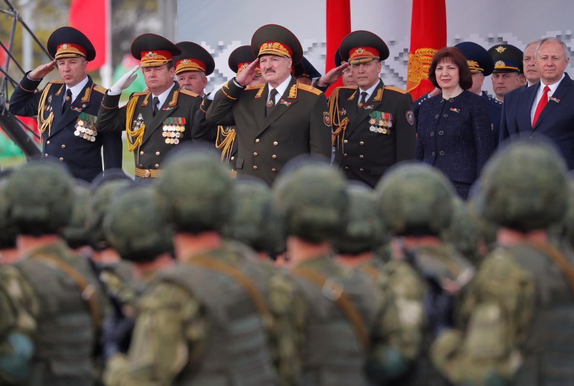 Běloruský prezident Alexandr Lukašenko při vojenské přehlídce