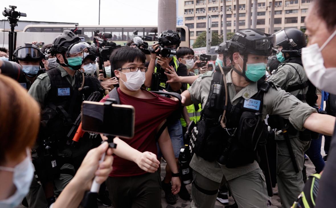 Zadržený demonstrant v Hong-kongu
