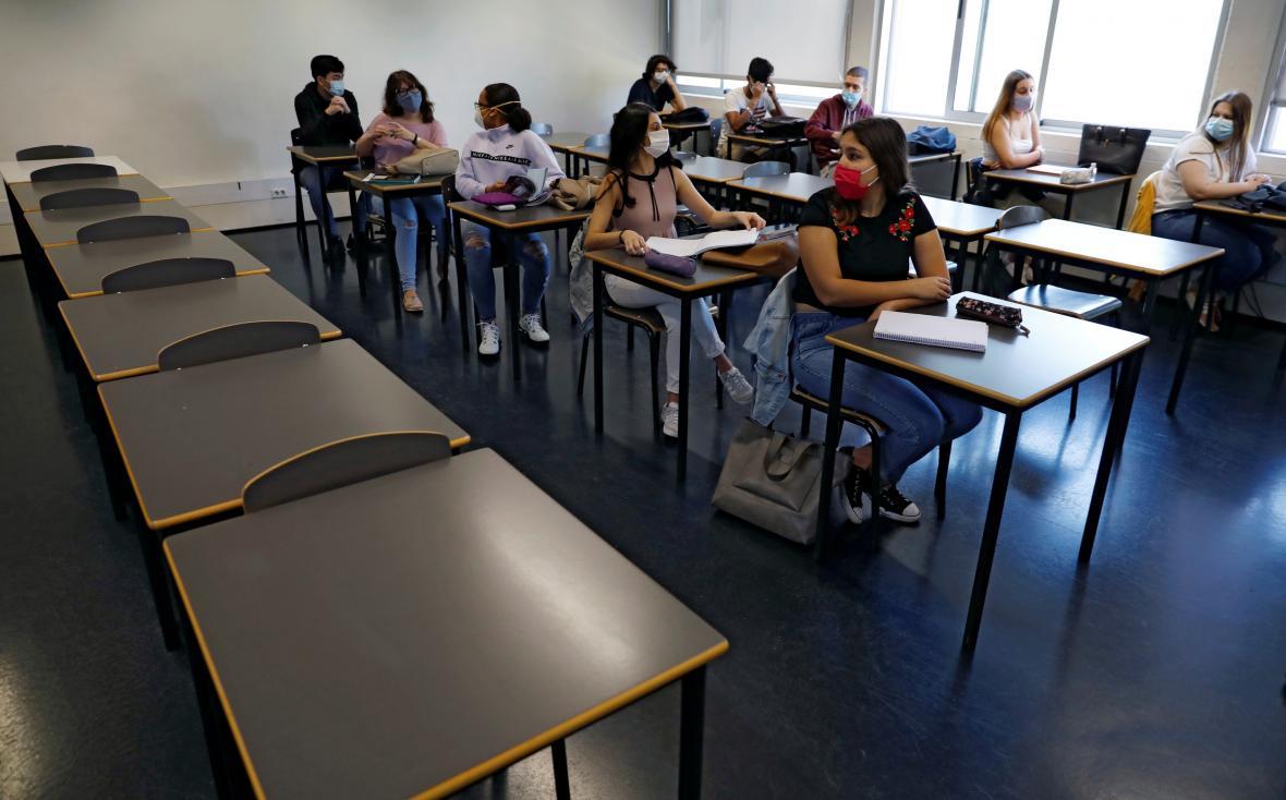 Studenti jedné z lisabonských škol sedí ve třídě v rouškách
