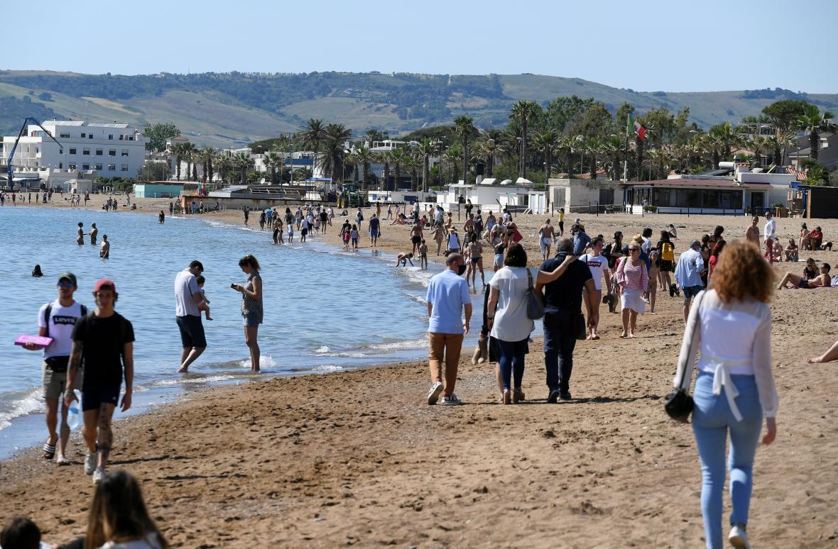 Lidé na pláži nedaleko Říma