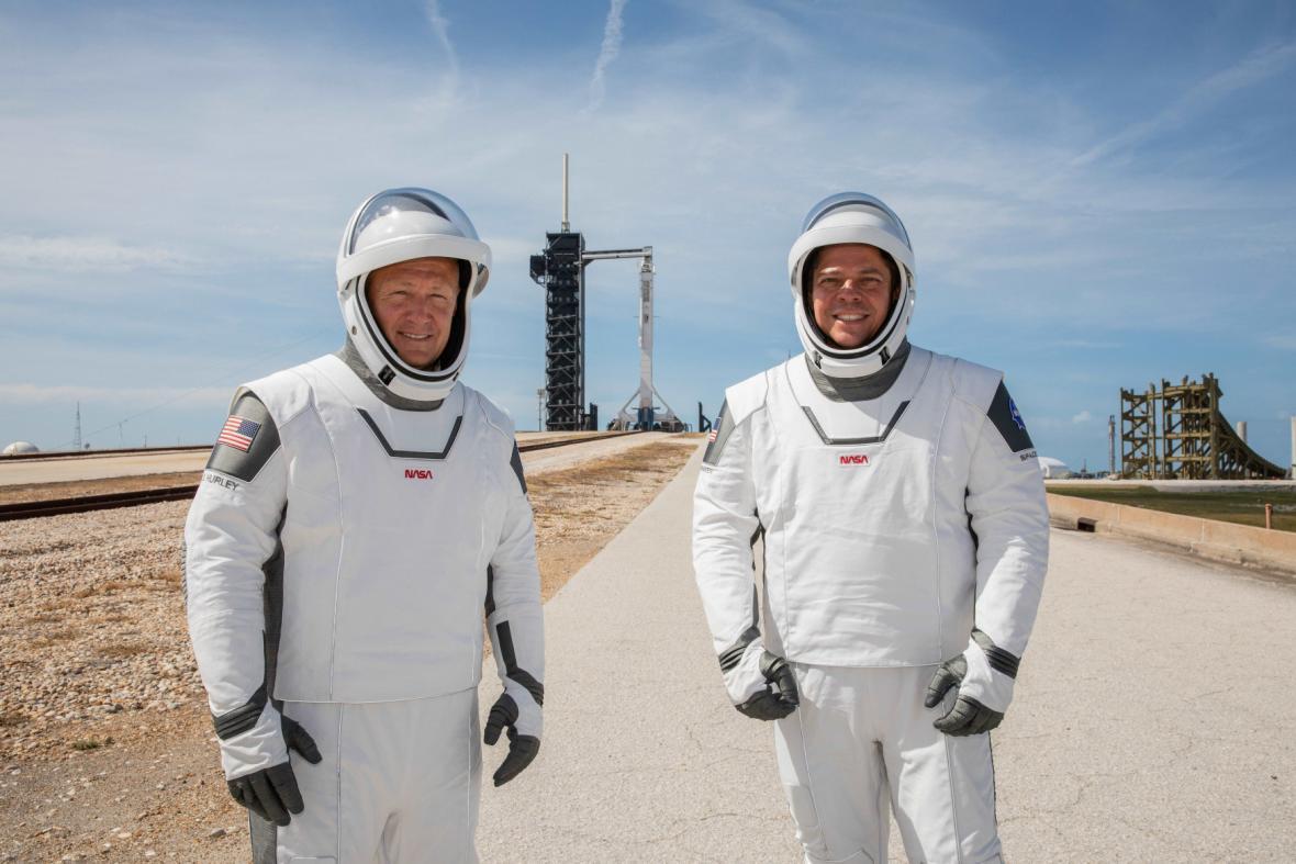Douglas Hurley (vlevo) a Robert Behnken