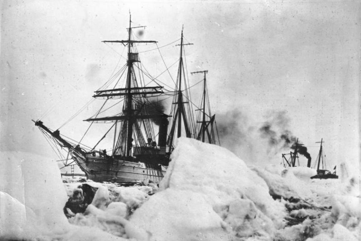 Loď admirála Byrda zamrzlá v Antarktidě