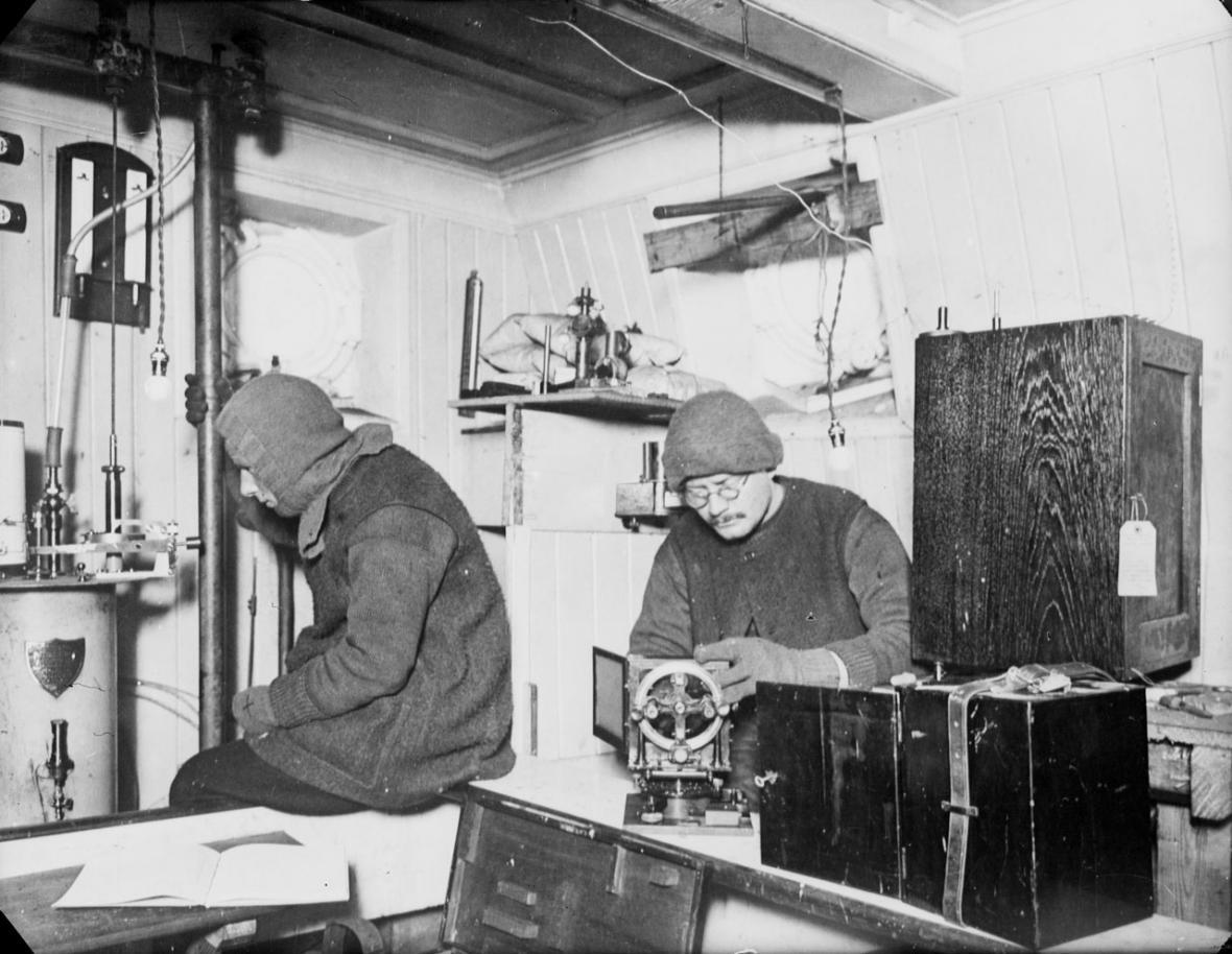 Leonard Hussey (vlevo) v laboratoři na Endurance
