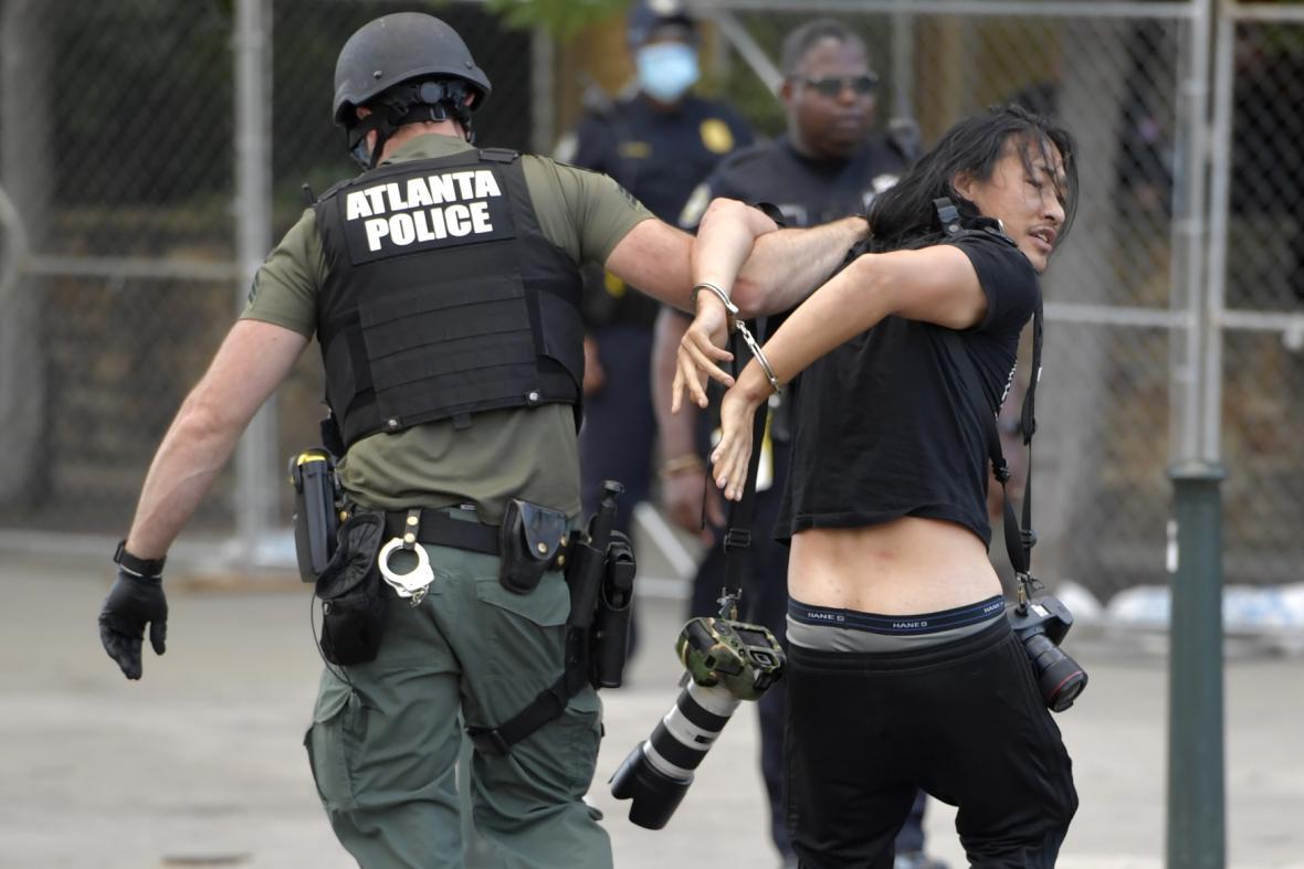 Policie v Atlantě zatýká jednoho z demonstrujících