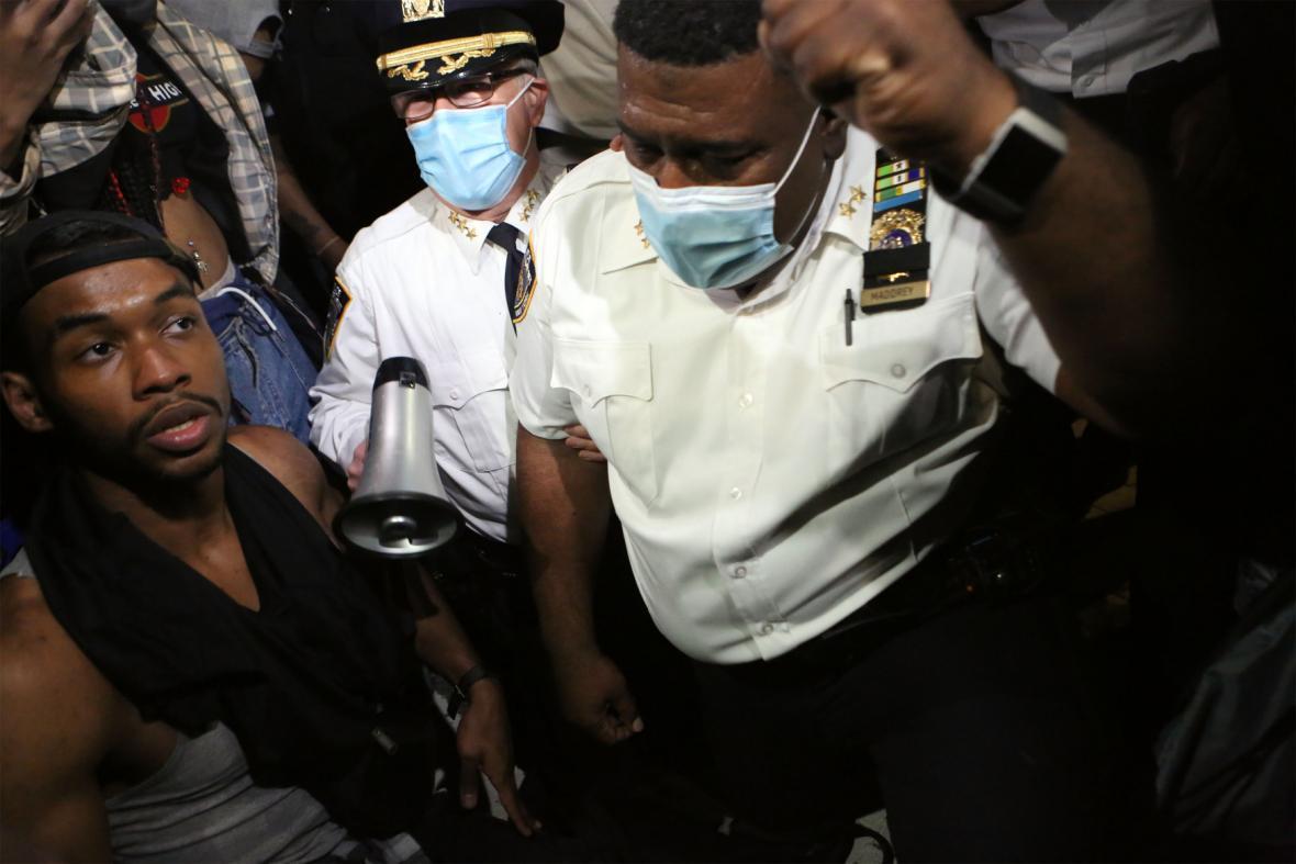 Klečící policista při protestech v Brooklynu
