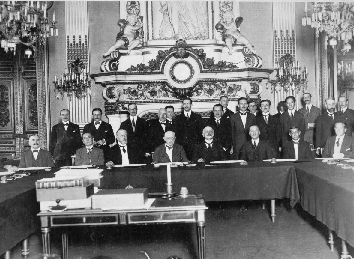 Podpis smlouvy v paláci Trianon ve Versailles