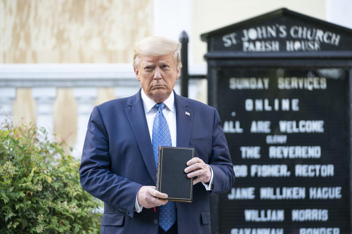 Donald Trump pózuje s biblí