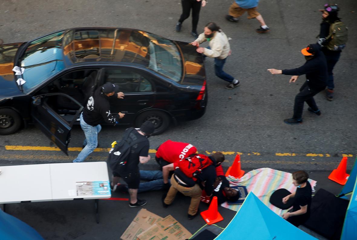 Útočník v Seattlu vystupuje z auta