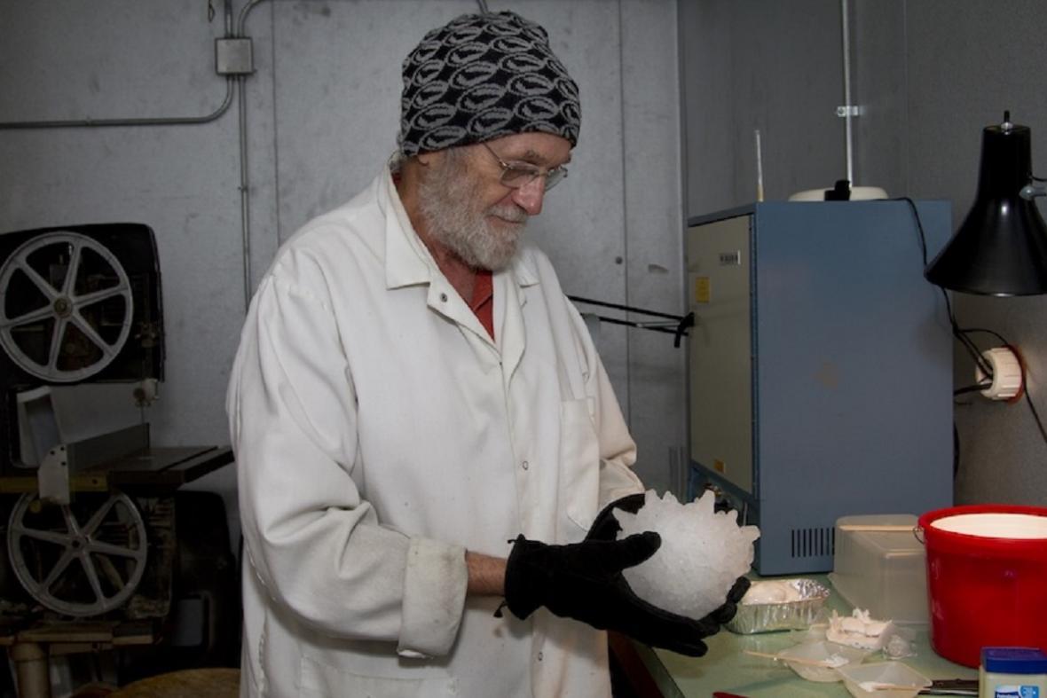 Charles Knight, pracovník agentury NCAR připravuje model oficiálně potvrzené největší kroupy z bouře v Jižní Dakotě