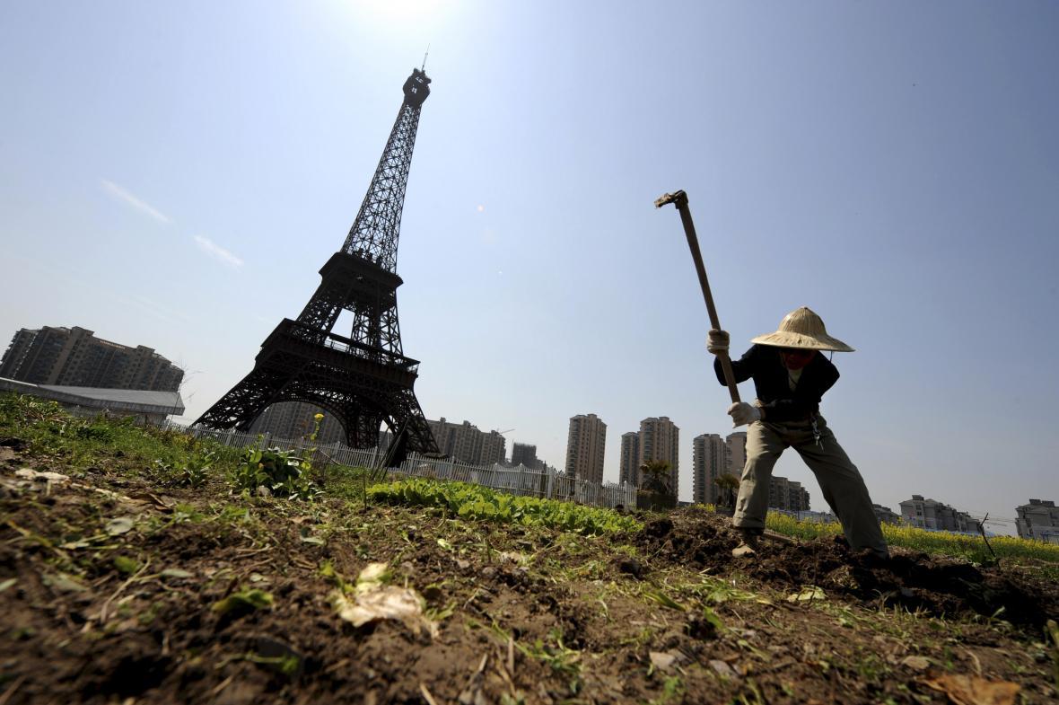 Replika Eiffelovy věže ve městě Chang-čou v provincii Če-ťiang (snímek z roku 2013)
