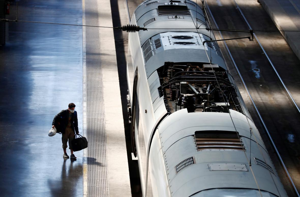 Cestující na nádraží v Madridu
