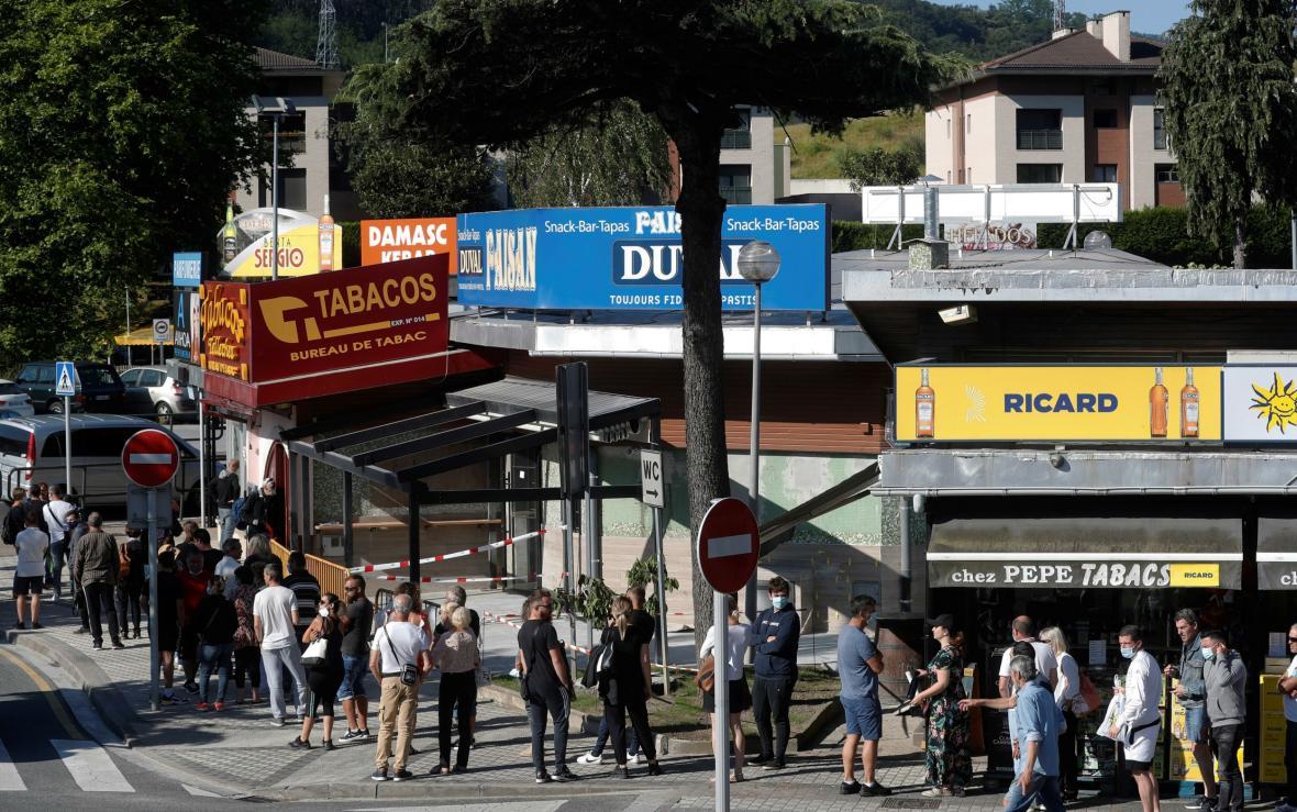 Lidé na znovuotevřeném hraničním přechodu mezi Španělskem a Francií
