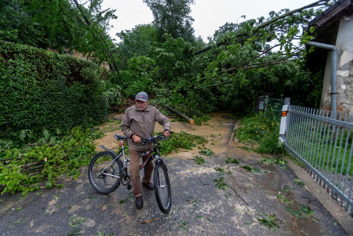 V Lubině na Novojičínsku se kvůli dešti sesunul svah
