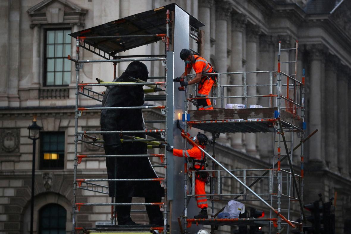 Socha Winstona Churchilla v Londýně byla z bezpečnostních důvodů několik dní zakryta