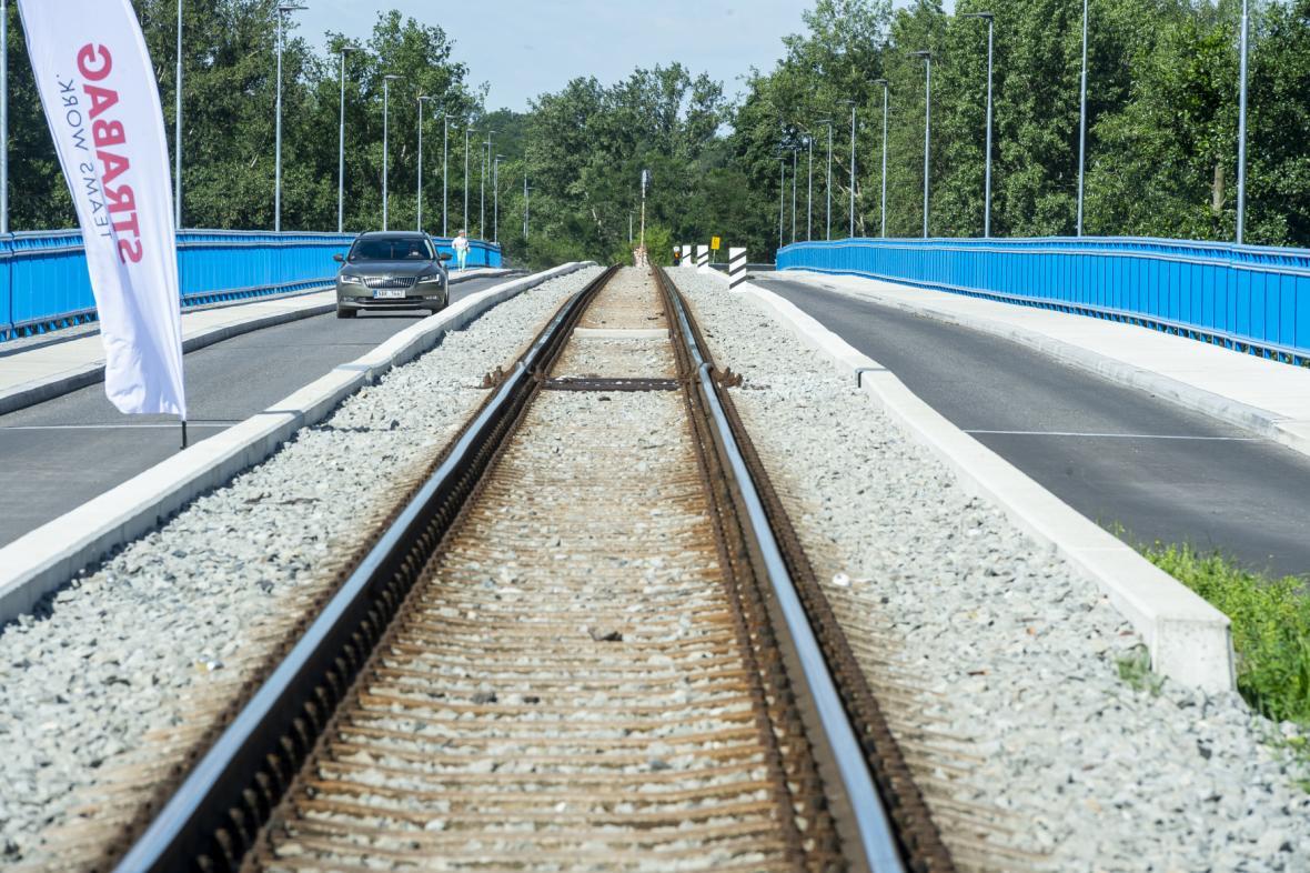 Stavba mostu přes Labe ve Štětí na Litoměřicku za zhruba 212 milionů korun byla po roce a čtvrt dokončena