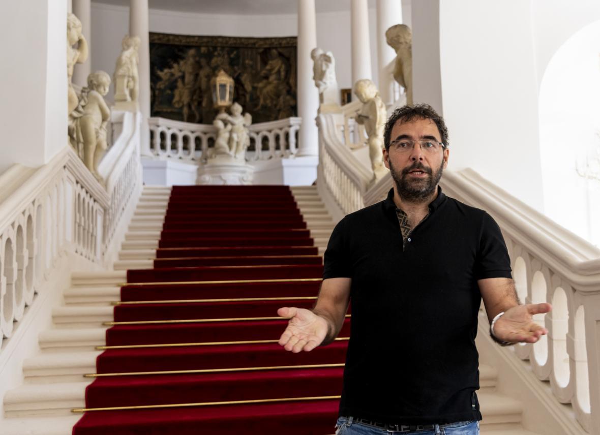 Pavel Ondráček na hlavním schodišti