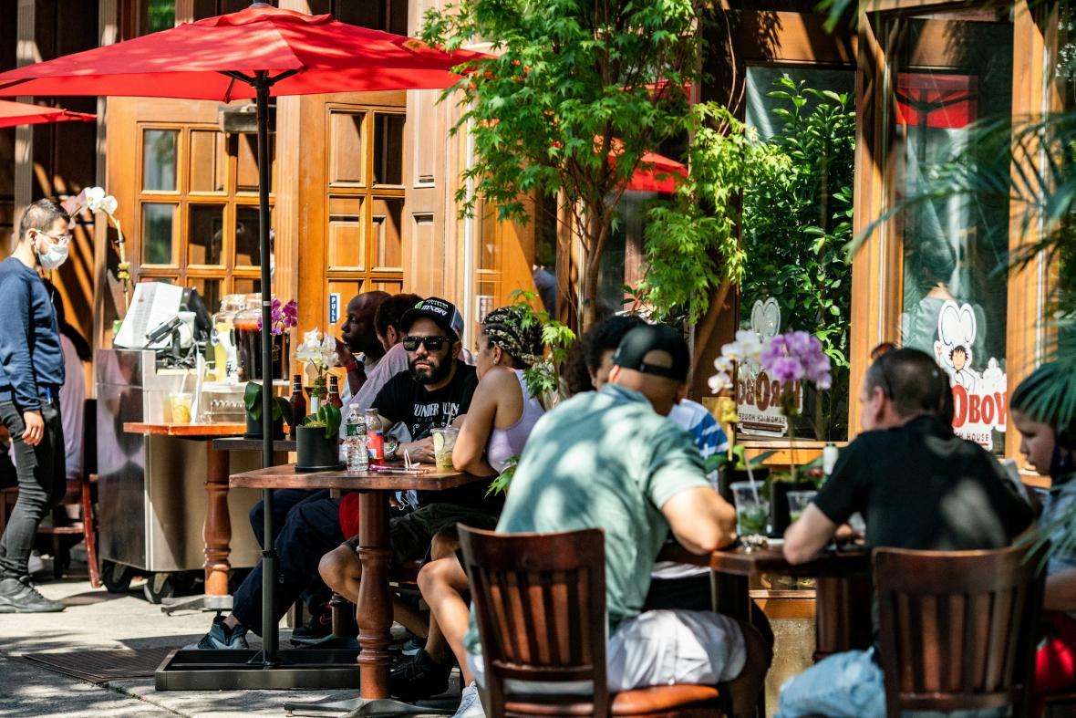 Díky uvolnění opatření mohou lidé v New Yorku opět do restaurací