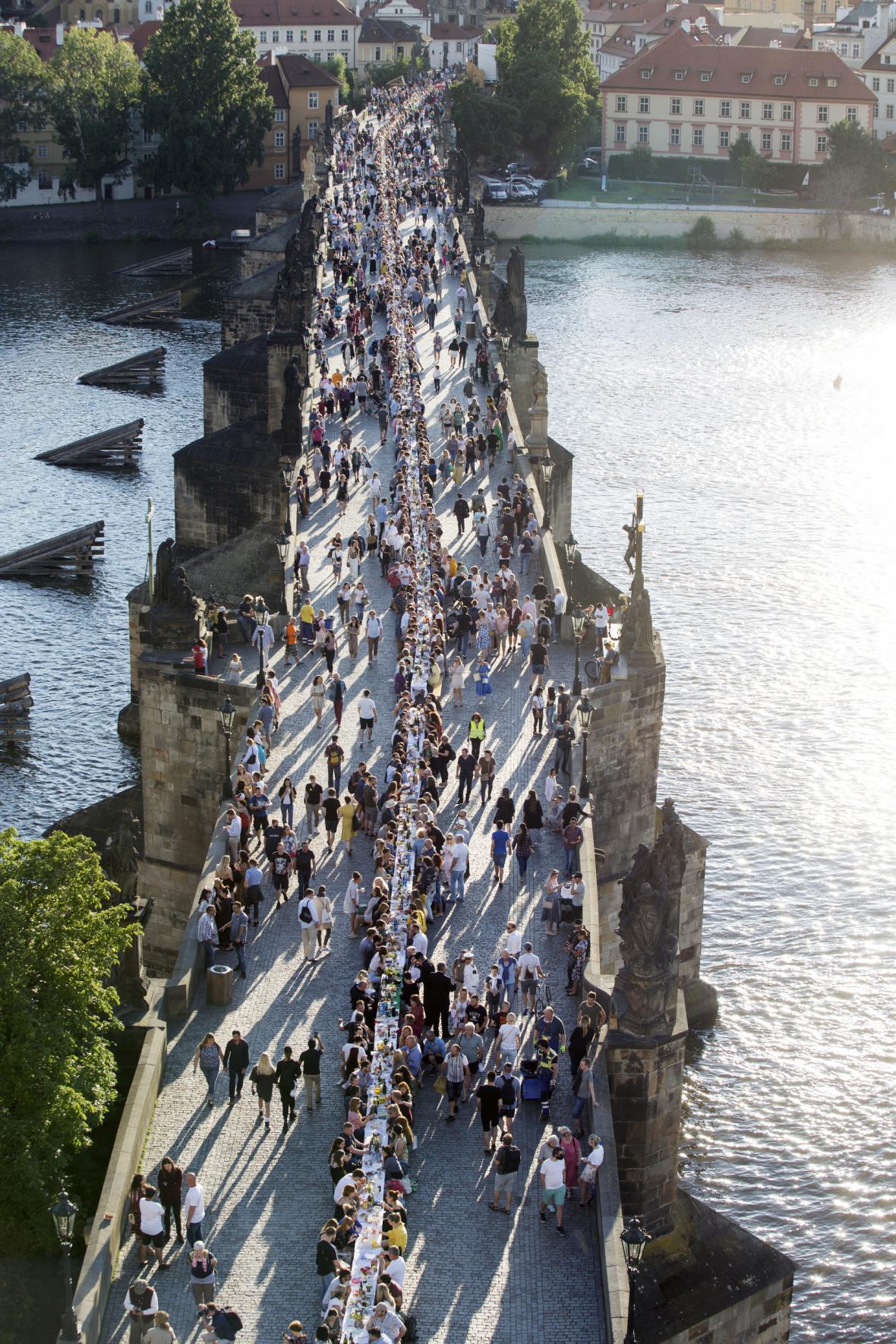 Lidé na Karlově mostě