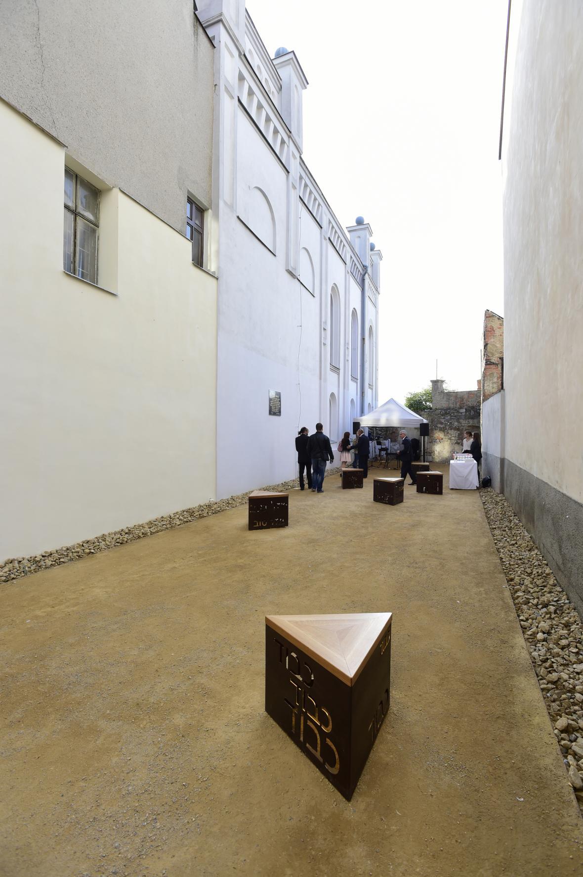 Výtvarná plastika v proluce u synagogy v Hranicích slouží k sezení