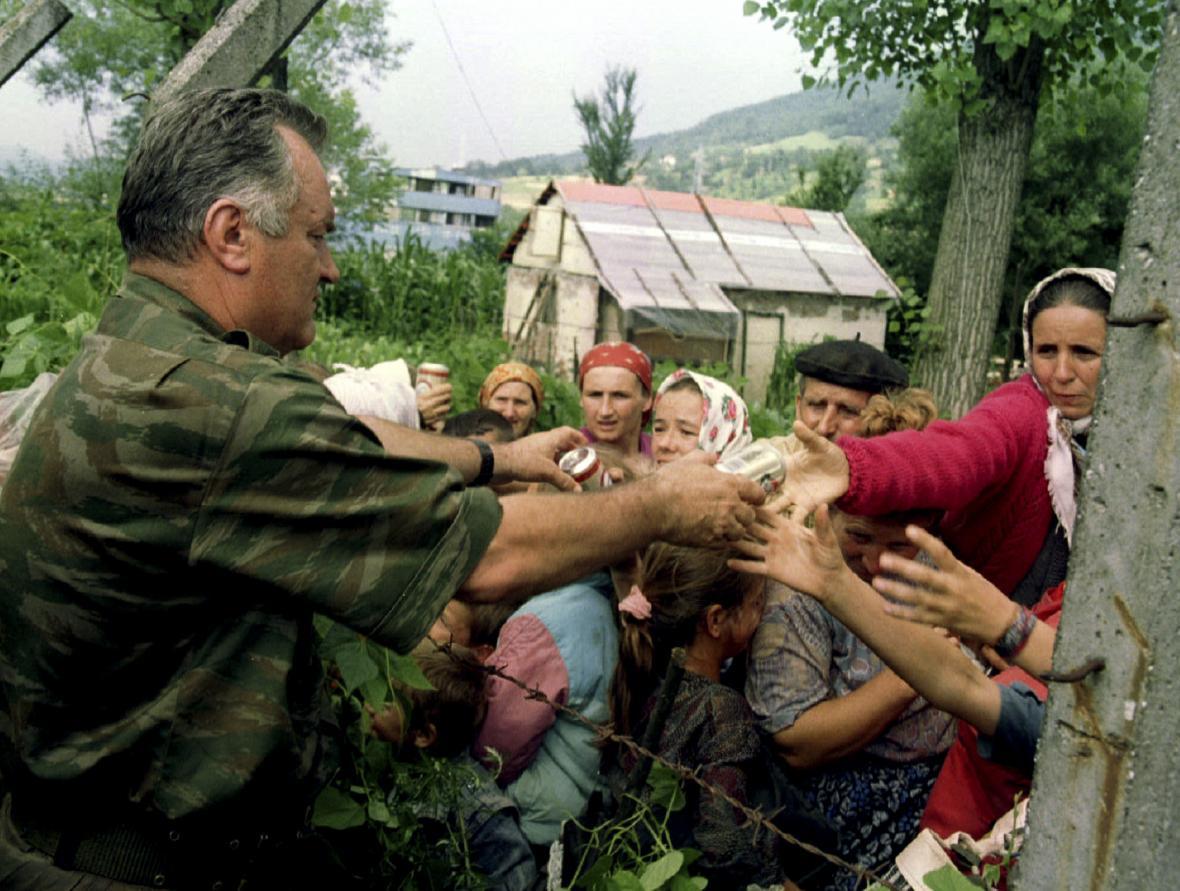 Bosenskosrbský generál Mladič rozdává uprchlíkům v Potočari jídlo a pití. Po odjezdu novinářů ale běženci museli pomoc vojákům vrátit, uvádí srebrenický památník