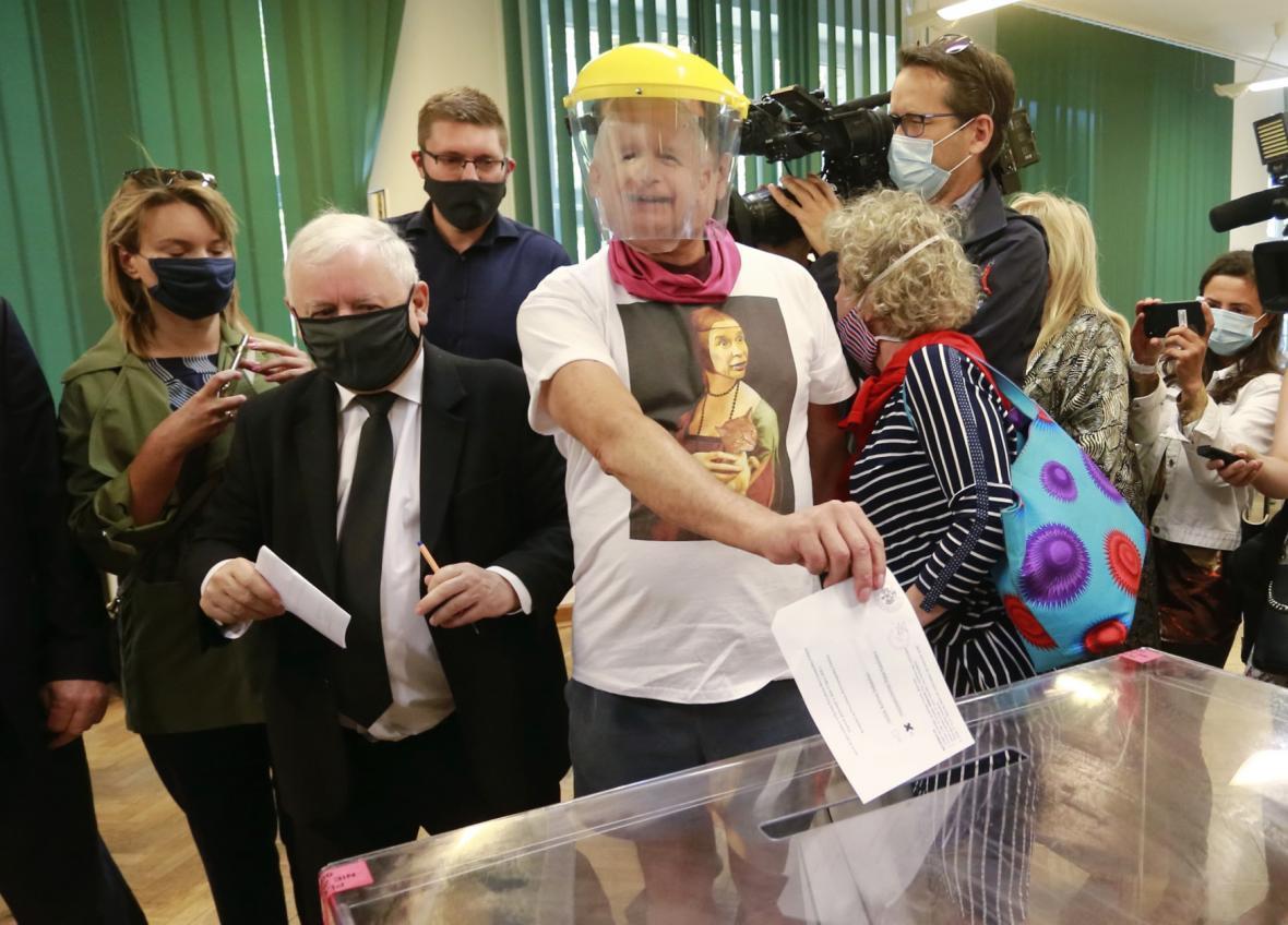 Vůdce polské pravicové vládní strany Jaroslaw Kaczynski odevzdává svůj hlas (vlevo)